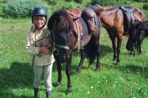 Sigga stendur vid hest